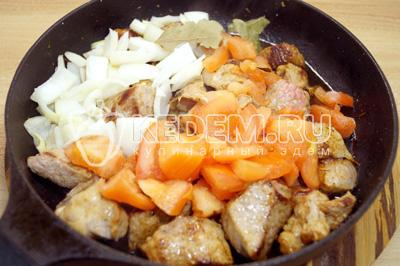 Добавить овощи и лавровый лист.