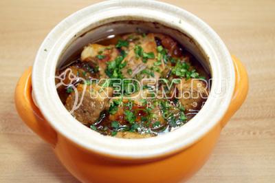 Добавить 50 мл. воды и накрыть крышкой. Готовить в духовке 30 -40 минут, при 180 градусах С. Готовое мясо в горшочке остудить немного и посыпать мелко нарубленной петрушкой.