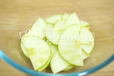Нарезать яблоки половиками колечек.