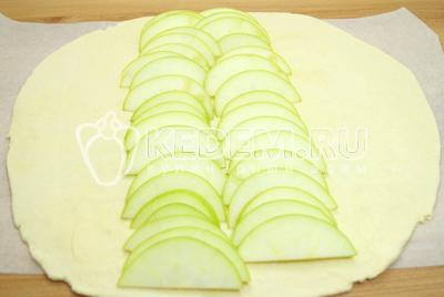 Выложить яблоки на тесто.
