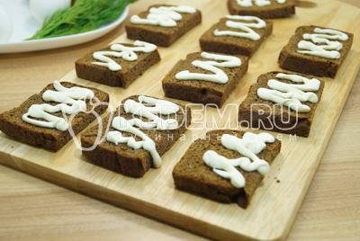 Хлебные ломтики смазать небольшим количеством майонеза.