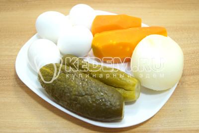 Яйца и морковь отваривать, маринованные огурцы нарезать соломкой, лук очистить.