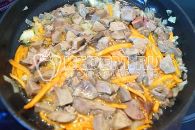 Печень вынуть из бульона. Нарезать кубиками и добавить обжаренным овощам.