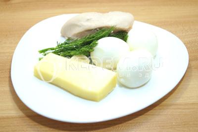 Куриное филе и яйца отварить до готовности и остудить. Укроп промыть и обсушить. Сыр натереть на терке. Чеснок очистить.