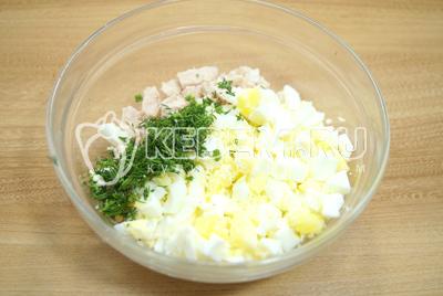 В миске смешать мелко нарезанное куриное филе, нарубленные яйца и мелко нашинкованный укроп.