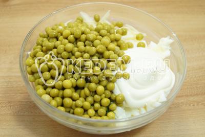 Добавить консервированный зеленый горошек и перемешать.
