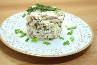 Выложить на блюдо при помощи сервировочного кольца или в салатницу и украсить зеленью.