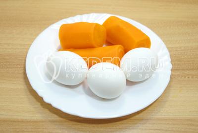 Яйца и морковь отварить, остудить и очистить.