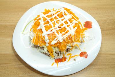 Выложить слой тертой моркови и смазать майонезом.