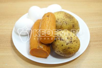 Морковь, картофель и яйца отварить до готовности, остудить и очистить.