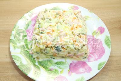 Выложить на плоское блюдо в форме квадрата.