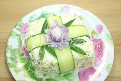 Сделать из луковицы цветок и листья из огурца. Дать настояться 1-2 часа в холодильнике.