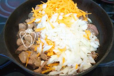 Добавить овощи и перемешать, готовить еще 1-2 минуты.