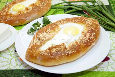 Хачапури с брынзой и яйцом