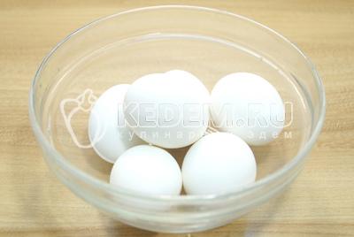 Яйца отварить, остудить и очистить. Разрезать яйца на половинки.