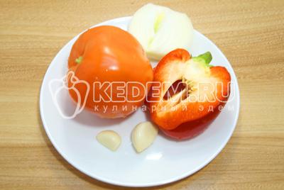 Лук, перец, помидор и чеснок хорошо промыть и очистить.