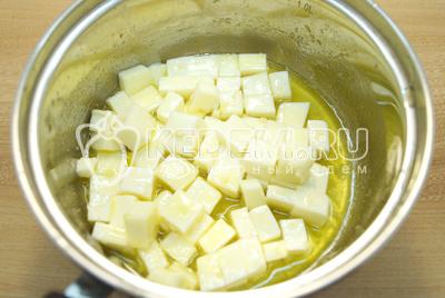 Добавить сырки в масло и на медленном огне плавить 2-3 минуты, помешивая.