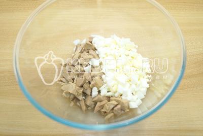В миску нарезать кубиками печень и отварные яйца.
