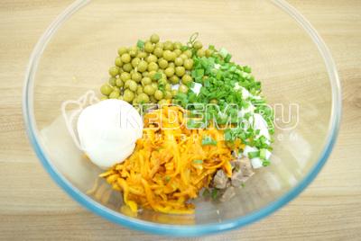Добавить нарезанный зеленый лук и майонез. Посолить по вкусу.