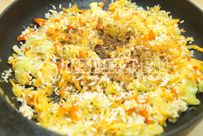 Добавить специи и соль. Залить водой, так что бы покрывала вода весь рис.