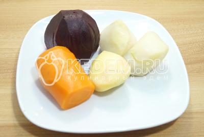 Отварить свеклу, морковь и картофель, очистить и остудить.