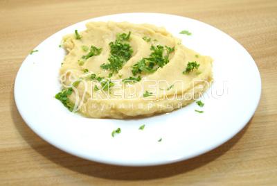 Сбрызнуть оливковым маслом и посыпать мелко нарубленной зеленью петрушки.