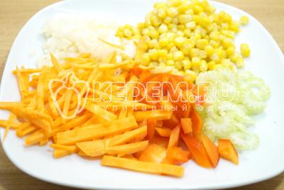 Мелко накрошить лук, соломкой нарезать морковь, не крупно нарезать сельдерей и болгарский перец. Добавить к овощам кукурузу.