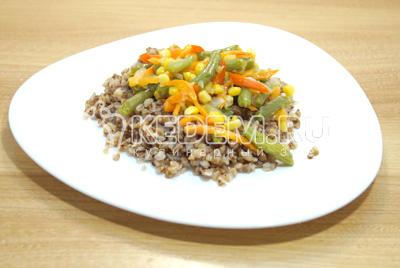 Выложить на тарелки гречневую кашу с овощами.
