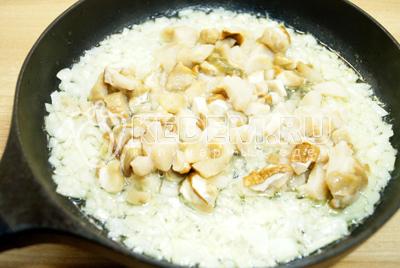 Добавить размороженные грибы и обжарить 1-2 минуты.