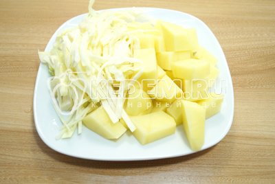 Картофель крупно нарезать, нашинковать капусту.