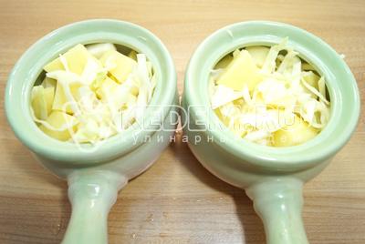В горшочки сложить картофель и капусту.