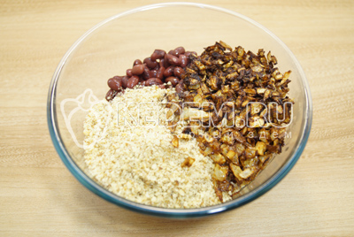Орехи измельчить в крошку. В миску сложить отварную фасоль, лук со специями и орехи.