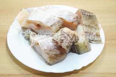 Рыбу очистить и срезать голову, плавники и хвост. Хорошо очистить от внутренностей. Нарезать небольшими кусочками.