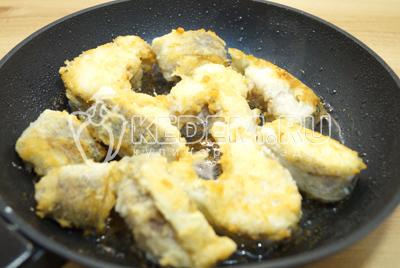 На сковороде разогреть масло и обжарить рыбные кусочки со всех сторон.