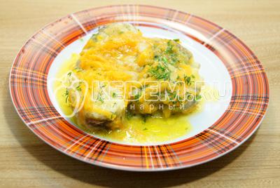 Готовую рыбу разложить по тарелкам и посыпать мелко нашинкованный укропом.