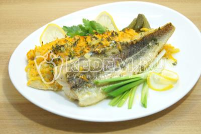 Выложить рыбу на блюдо. Украсить зеленью и ломтиками лимона.