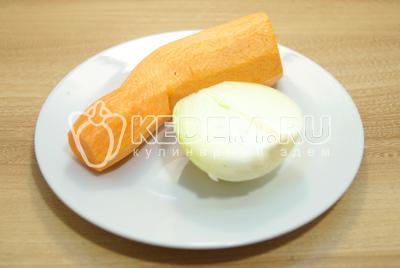 Лук и морковь очистить.