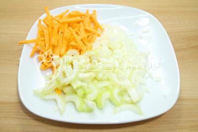 Лук мелко нашинковать, морковь нарезать ломкой, сельдерей нарезать тонкими ломтиками.
