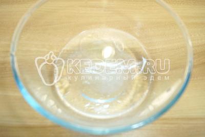 В воде растворить соль и добавить 1 ст. ложку растительного масло.