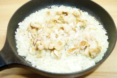 Грибы хорошо разморозить, слить жидкость. Добавить грибы к луку и обжаривать 2-3 минуты.