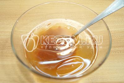 В воде развести томатную пасту или просто взять томатный сок. Добавить соль, 1 ст. ложку растительного масла и немного сахара.
