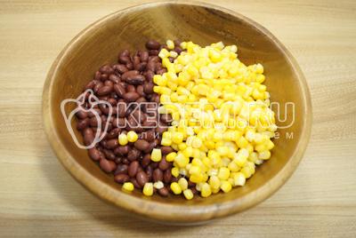 В миску выложить готовую фасоль и добавить консервированную кукурузу без жидкости.