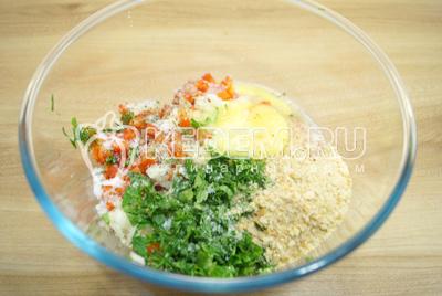Добавить мелко нашинкованную зелень, яйцо и сухари. Хорошо посолить и поперчить.
