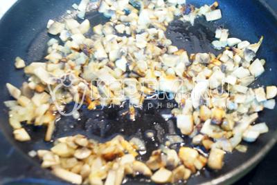 Обжарить грибы с луком на сковороде с растительным маслом.