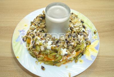 Выложить слой обжаренных грибов с луком и немного майонеза.