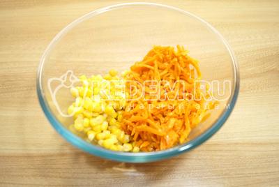 В миске смешать консервированную кукурузу и морковь по-корейски.