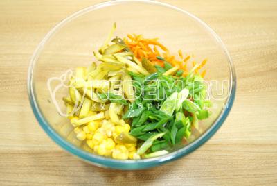 Добавить соломкой нарезанные маринованные огурцы и нашинкованный зеленый лук.