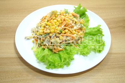 Салат выложить на блюдо  с листьями салата.
