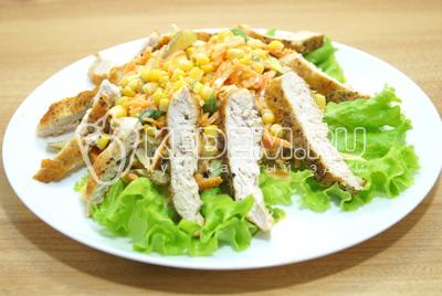 Выложить ломтиками нарезанное куриное филе.
