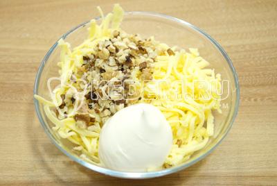В миску натереть сыр, добавить измельченные грецкие орехи, прессованный чеснок и майонез. Хорошо перемешать.